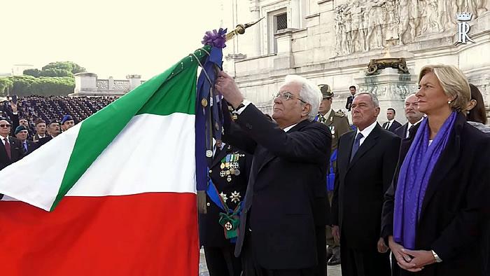 Il Presidente Mattarella conferisce la medaglia alla bandiera-700