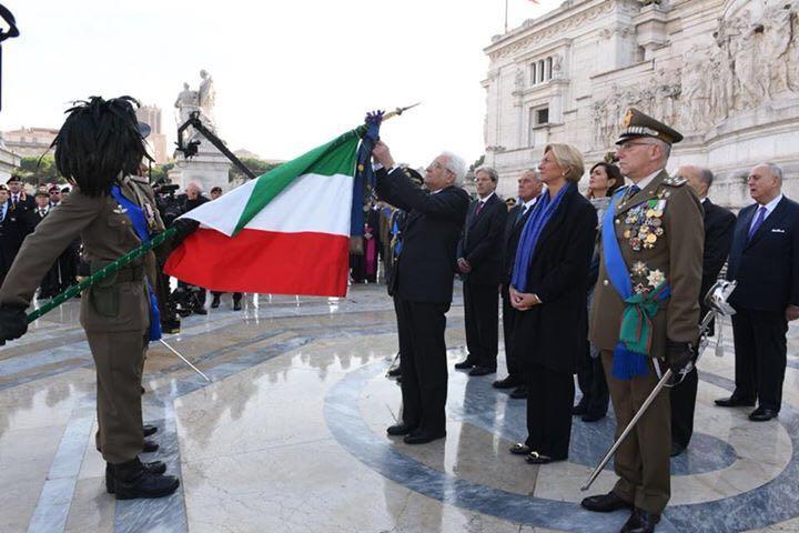 Il Presidente Mattarella conferisce la medaglia alla bandiera...jpeg