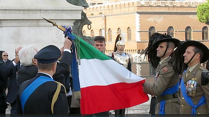 Il Presidente Mattarella conferisce la medaglia alla bandierax700