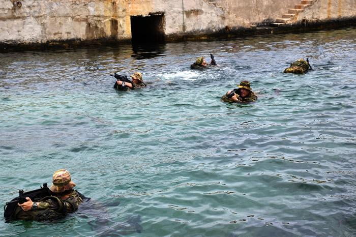 """I Bersaglieri della Brigata """"Aosta"""" si addestrano nel nuoto operativo"""