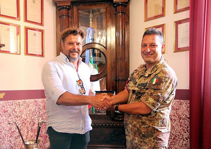 Andrea Lo Cicero, campione nazionale di rugby e conduttore televisivo, incontra i bersaglieri del 6° Reggimento di Trapani