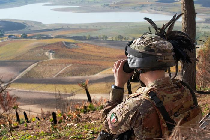 4 Bersagliere del Magnifico Sesto in osservazione nell'area addestrativa di Lago Rubino TP700