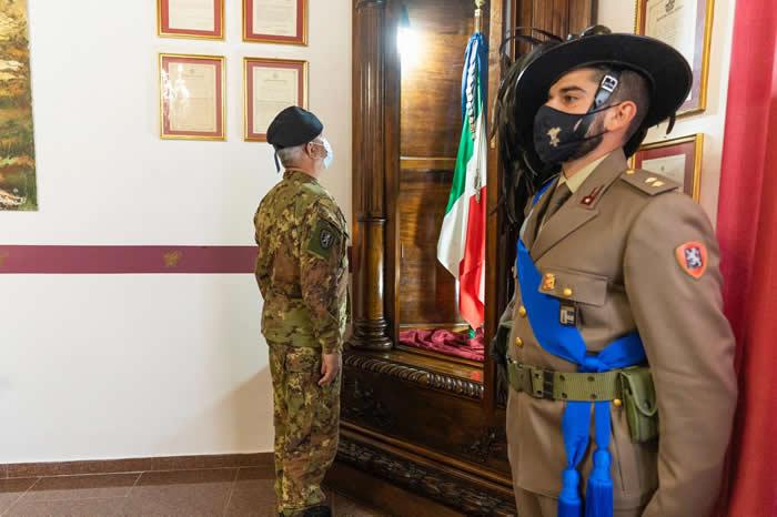 Il Gen. Tota saluta la bandiera di guerra del 6° reggimento bersaglieri