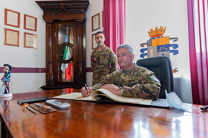 il Gen. Tota firma l'albo d'onore del reggimento