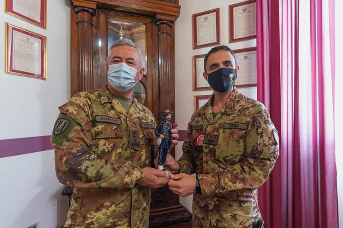 il Gen. Tota riceve la statuetta del bersagliere dal Col. Nola